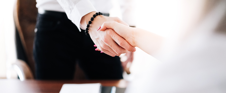 business-man-and-woman-handshake-in-work-office-RÄTTSIZE